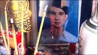 Ảnh anh Nguyễn Văn Khương trên bàn thờ tại gia đình - ảnh do trang nuvuongcongly cung cấp