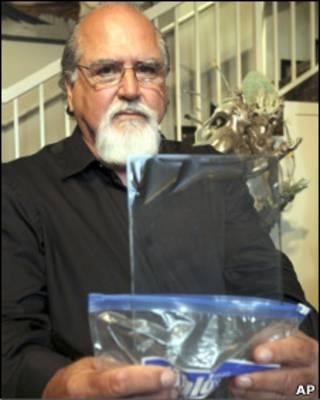 O pintor Rick Norsigian com um dos negativos comprados em pechincha