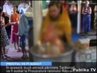 Vídeo amador mostra o momento em que o padre mergulha a criança (Cortesia Publika TV)