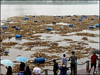 Barriles de sustancias tóxicas en el río