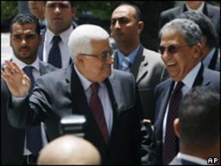 O presidente palestino Mahmoud Abbas e o secretário-geral da Liga Árabe, Amr Moussa