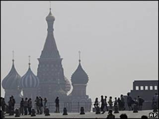 Poluição cobre a catedral de São Basílio, no centro de Moscou (foto: AP)