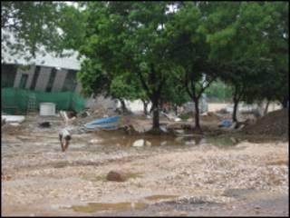दिल्ली में टूटी सड़कें