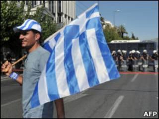Водитель с греческим флагом