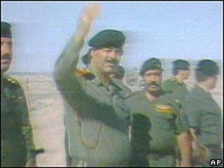 Sadam Hussein saluda a sus tropas en Bagdad el 8 de agosto de 1990