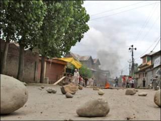 دمار وخراب في احد الأحياء التي شهدت مواجهات