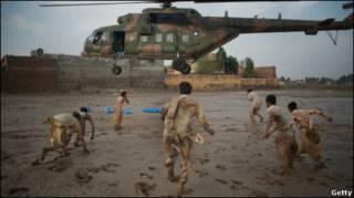 बाढ़ पीड़ितों की मदद करता सेना का हेलिकॉप्टर