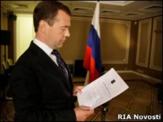 Президент Дмитрий Медведев с только что подписанным указом