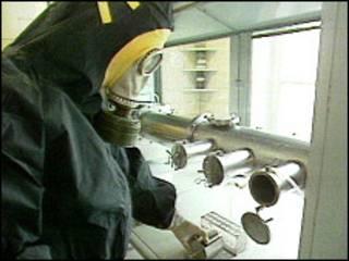 Человек в защитном костюме работает с химическими боеприпасами в России (архивное фото)
