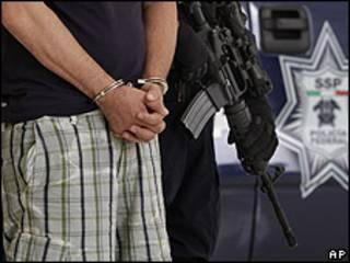 Detenido esposado por la policía en México