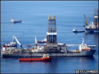 Navios trabalham nas proximidades de poço danificado no Golfo do México nesta terça-feira (Getty Images, 3 de agosto)