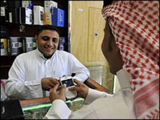 Người dùng điện thoại Blackberry trong cửa hàng ở Saudi Arabia