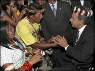 Vice-presidente do Equador, Lenin Moreno, é cumprimentado por indígenas após assinatura de acordo (AP, 3 de agosto)