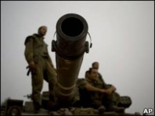 Soldados israelenses na fronteira com o Líbano