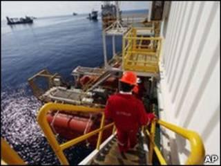 Navios trabalham nas proximidades de poço danificado no Golfo do México nesta terça-feira