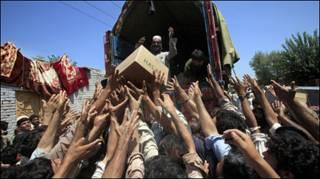 Các nạn nhân lũ lụt Pakistan giơ tay xin đồ tiếp tế