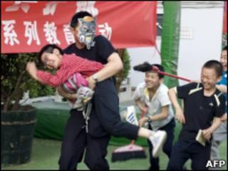 Policía mostrando a profesores de una escuela en Pekín como defenderse contra un ataque
