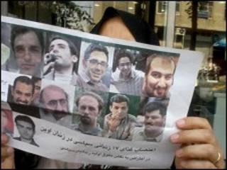 تصویری از یکی از اعضای خانواده های زندانیان سیاسی وقایع انتخاباتی ۸۸