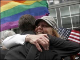Ativistas comemoram decisão de juiz que derrubou proibição de casamento gay na Califórnia (AP, 4 de agosto)