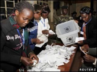 Votos são separados antes de contagem na cidade de Eldoret, Quênia, nesta quarta-feira (Reuters, 4 de agosto)