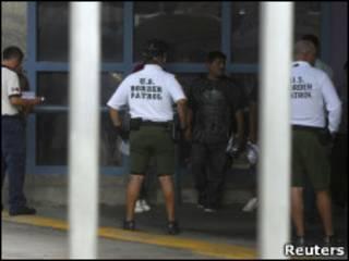 Policías fronterizos e inmigrantes