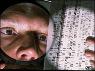 Ученый с картой ДНК в руках