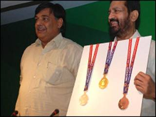 पदकों के साथ ललित भनोट और सुरेश कलमाड़ी