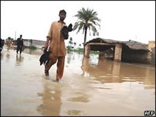 Paquistaneses deixam áreas inundadas por enchentes