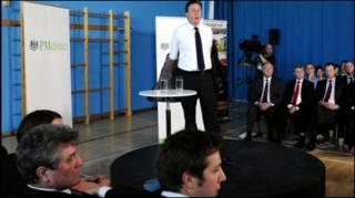 Премьер-министр Великобритании снимает пиджак