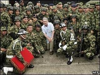 Uribe rodeado de soldados en el departamento de Caquetá