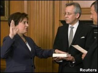 Новый Верховный судья США Елена Каган присягает на Библии
