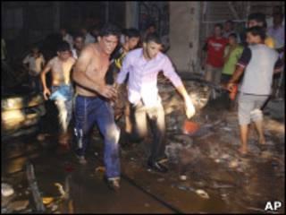 На месте взрыва в Басре 7 августа 2010 г.