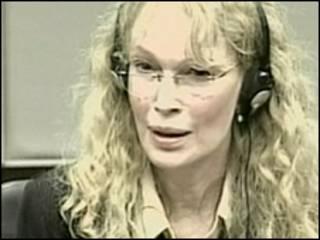 Mia Farrow lokacin da take bada shaida