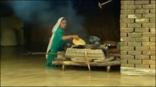 Nấu ăn trong nước lụt ở Pakistan