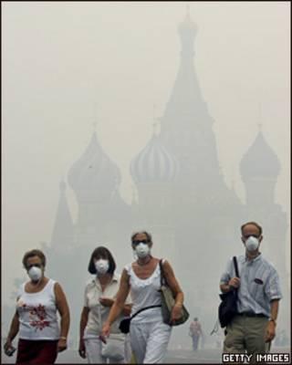 Люди в масках на фоне собора Василия Блаженного