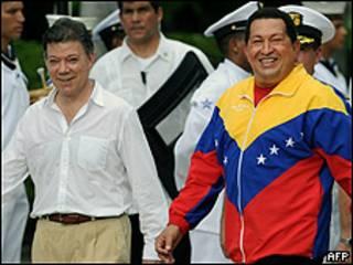 Hugo Chávez (dcha.) y Juan Manuel Santos