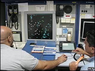 Controladores aéreos trabajando. (foto de archivo)