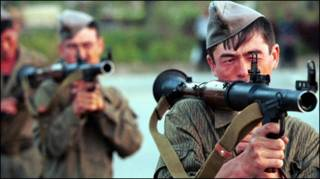 Киргизские военные на базе в Оше в 1999 году