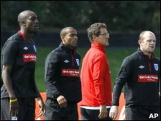 卡佩罗和英格兰球员在一起