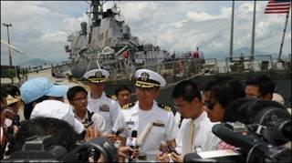 Hạm trưởng Jeffrey Kim trả lời báo chí khi Khu trục hạm John S. McCain tại cảng Tiên Sa