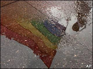 El reflejo de una bandera gay durante una protesta frente a la Corte Suprema de Costa Rica