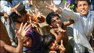 Trẻ em tại vùng bị lũ lụt ở Pakistan