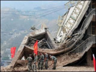 Ratusan tentara dikerahkan untuk mencari korban tanah longsor di Zhouqu