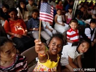 Niños en ceremonia de naturalización en Virginia