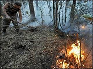 Homem combate fogo na Rússia
