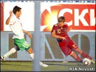 Игрок сборной Болгарии Станислав Манолев и игрок сборной России Андрей Аршавин