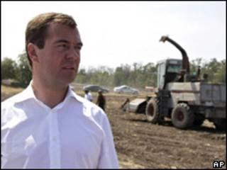 O presidente da Rússia, Dmitry Medvedev, visita cooperativa de agricultores no sul do país (AP, 12 de agosto)