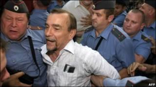 Милицейский кордон возле московской мэрии 12 августа 2010 г.Задержание правозащитника Льва Пономарева возле московской мэрии 12 августа 2010 г.