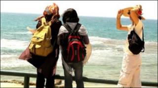 Palestinas em frente ao mar em Israel em passeio organizado pela israelense Daphne Banai