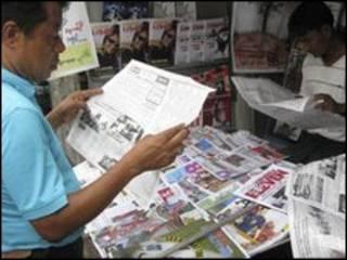 رجل في محل بيع صحف في بورما